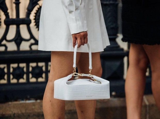 5 outfits που θα σε πείσουν να αγοράσεις μία λευκή τσάντα