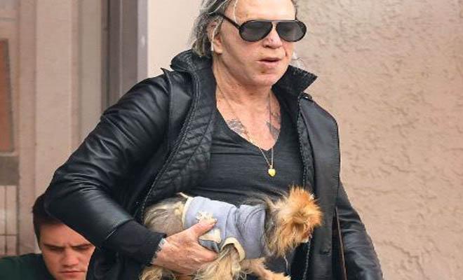Ο Μίκι Ρουρκ βγήκε για φαγητό με τον σκύλο του και τον έβαλε σε βρεφικό κάθισμα – Τον τάιζε με πιρούνι [Εικόνες]