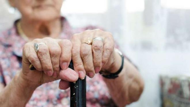 Πάτρα: Προσφέρθηκε να βοηθήσει ηλικιωμένη και τη λήστεψε