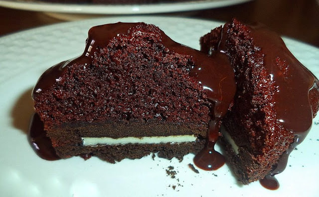 Πανεύκολα ζουμερά σοκολατένια μάφινς γεμιστά !!