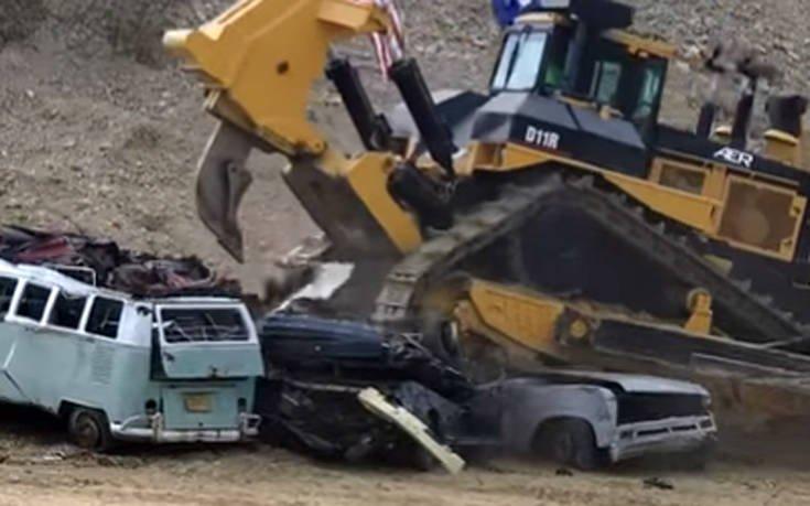 Μπουλντόζα κάνει τα αυτοκίνητα χαλκομανίες