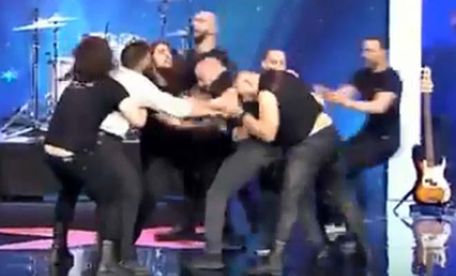 Άγριο ξύλο στο «Ελλάδα Έχεις Ταλέντο» – Πιάστηκαν στα χέρια πάνω στη σκηνή [Βίντεο]