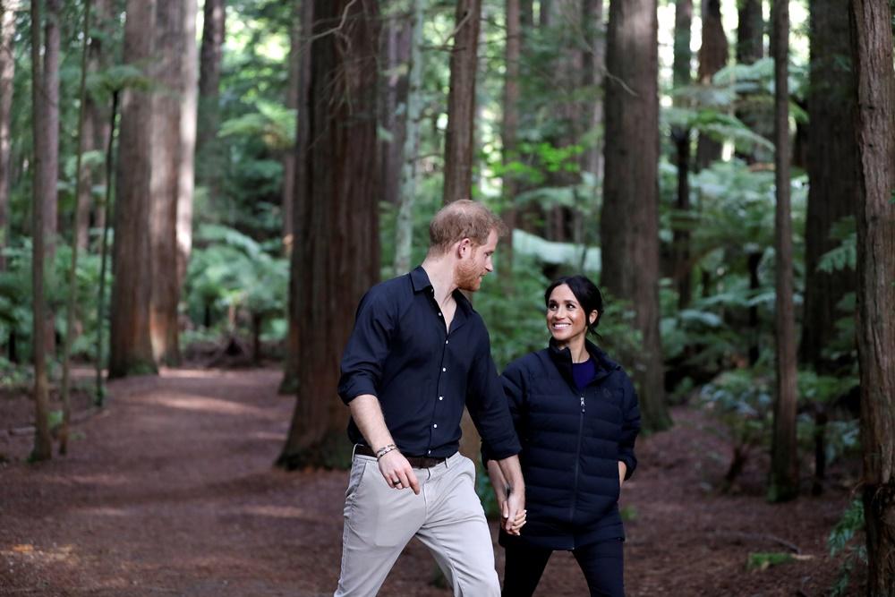 Γιατί η Meghan Markle φορούσε μπλε ρούχα σε όλη τη διάρκεια της περιοδείας της στην Αυστραλία;