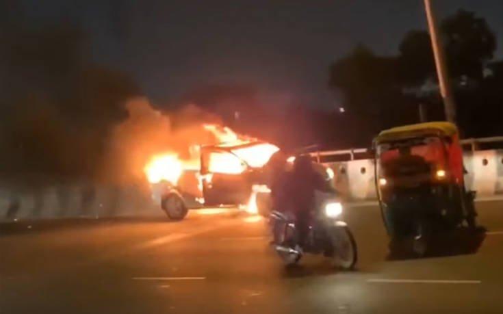 Φλεγόμενο αυτοκίνητο κατεβαίνει ξένοιαστα τον αυτοκινητόδρομο