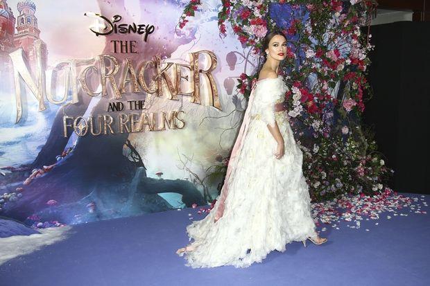 Η Keira Knightley μοιάζει με πραγματική πριγκίπισσα της Disney μέσα σε φόρεμα Chanel