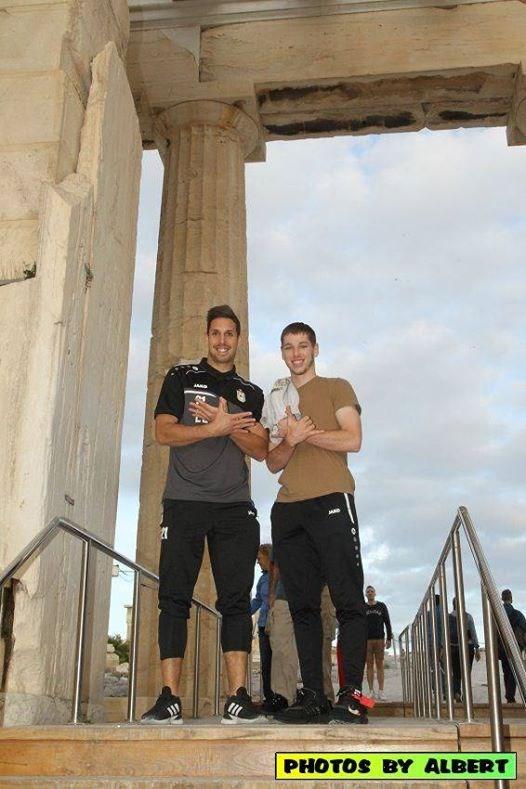 """Παίκτες της Ντουντελάνζ σχημάτισαν τον """"αλβανικό αετό"""" στην Ακρόπολη"""