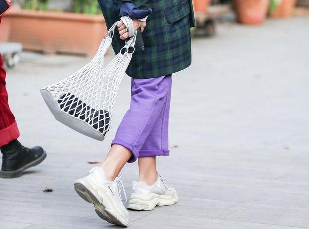 Ο πιο cool τρόπος να φορέσεις τα κλασικά, λευκά sneakers σου αυτή τη σεζόν
