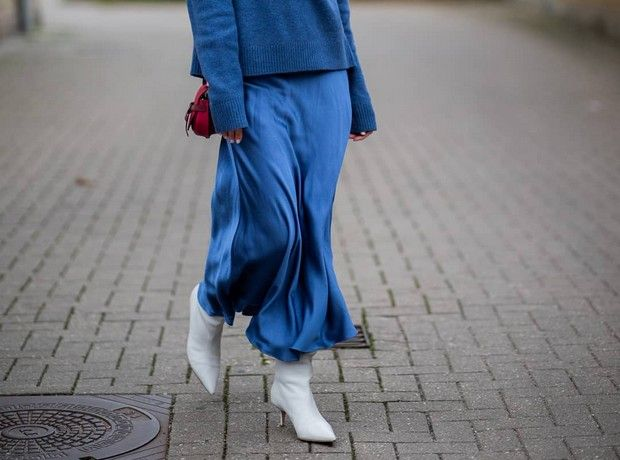 5 διαφορετικοί συνδυασμοί που μπορείς να κάνεις με τη σατέν φούστα