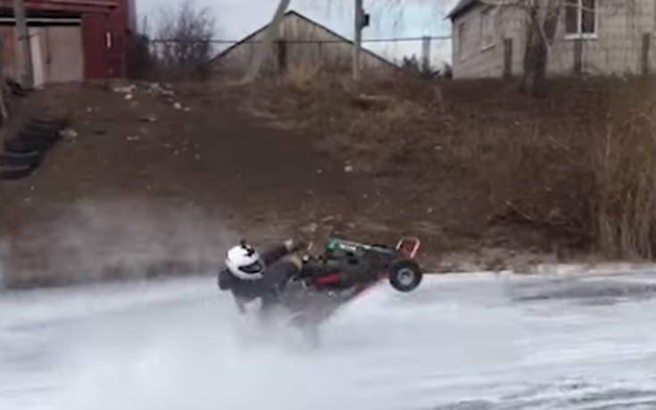 Κάνει go kart πάνω σε παγωμένη λίμνη