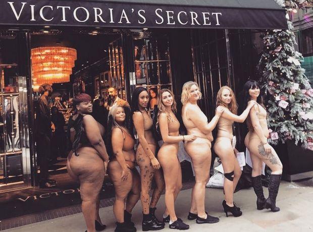 Γυναίκες μόνο με τα εσώρουχά τους διαμαρτυρήθηκαν έξω από τη Victoria's Secret στο Λονδίνο