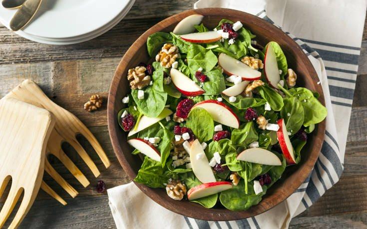 Σαλάτα με σπανάκι, μήλα και καρύδια