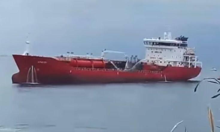 Έκρηξη και φωτιά σε πετρελαιοφόρο στην Κύπρο, Έλληνες στο πλήρωμα