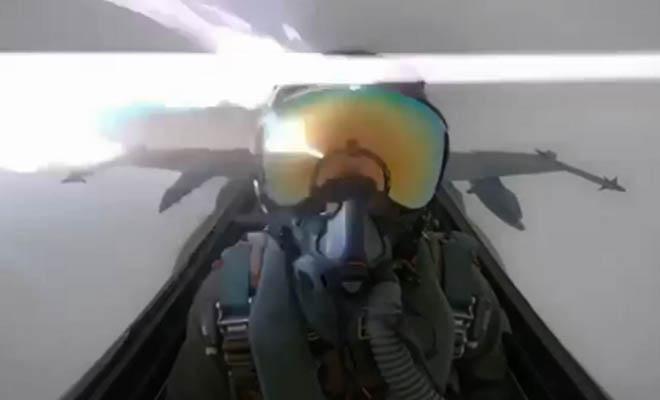 «Τα είδε όλα…» Κεραυνός χτυπά μαχητικό – Συγκλονιστικό βίντεο