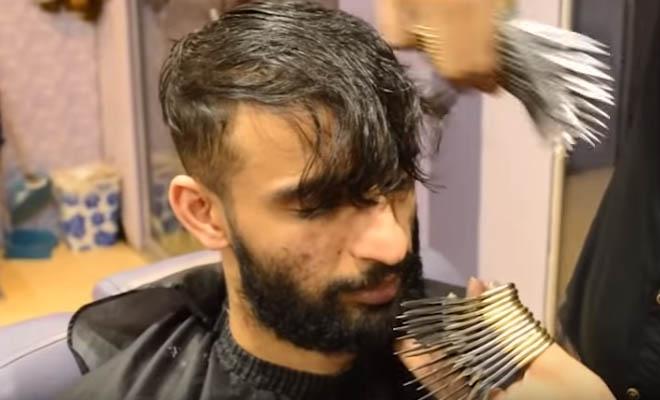 Ο Πραγματικός Ψαλιδοχέρης ζει στο Πακισταν και κουρεύει ταυτόχρονα με 27 ψαλίδια