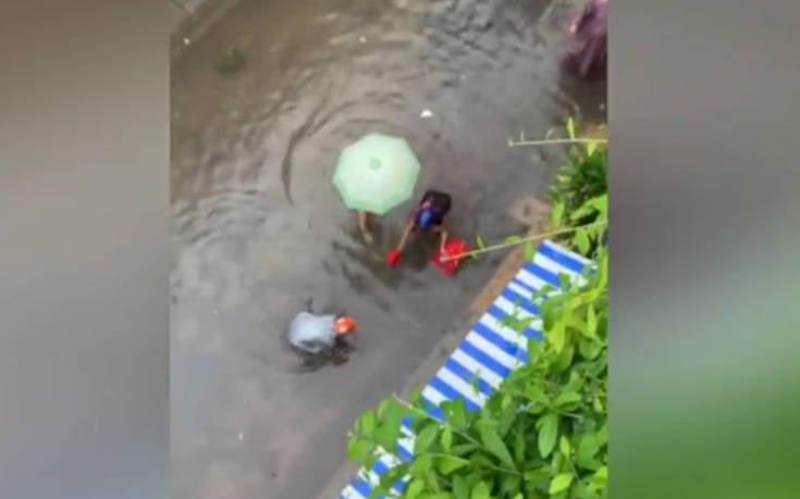 Βγήκαν για ψάρεμα στους πλημμυρισμένους δρόμους
