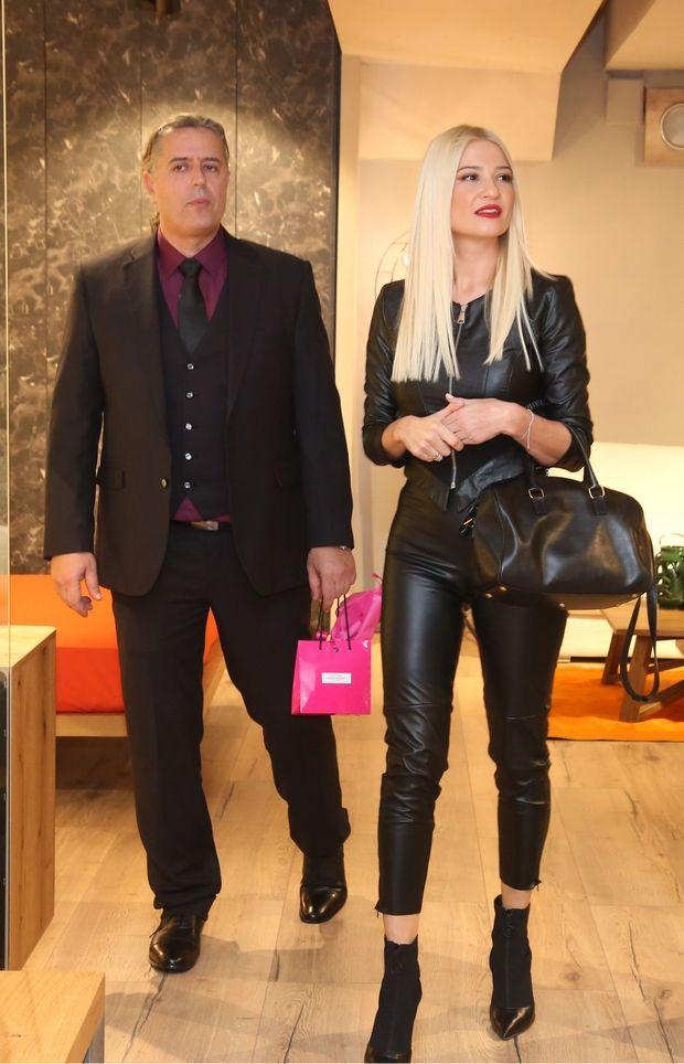 Η Φαίη Σκορδά και η Μαρία Μπεκατώρου σου δείχνουν πώς να φορέσεις το δερμάτινο παντελόνι