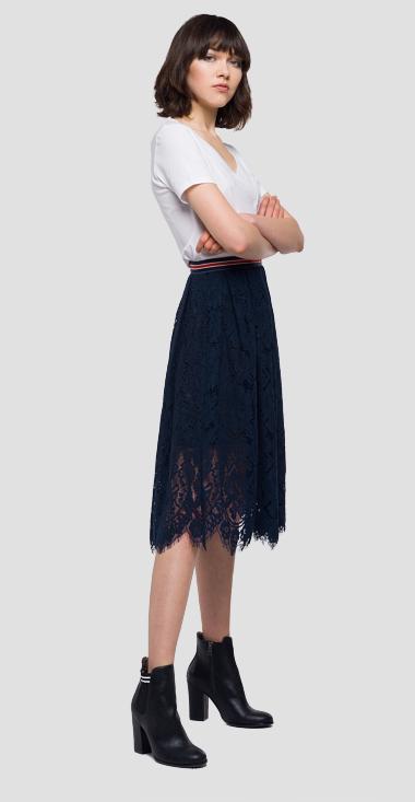Oδηγός Αγοράς: 10 ρούχα με δαντέλα για να αναδείξεις τη ρομαντική πλευρά σου αυτά τα Χριστούγεννα