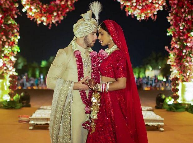 Η Priyanka Chopra παντρεύτηκε 2 φορές, φορώντας και λευκό και κόκκινο νυφικό