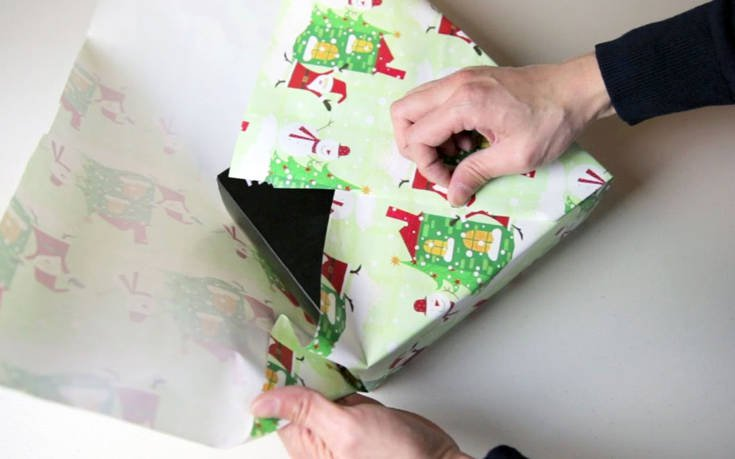 Το κόλπο για να τυλίξεις δώρο μόνο με χαρτί