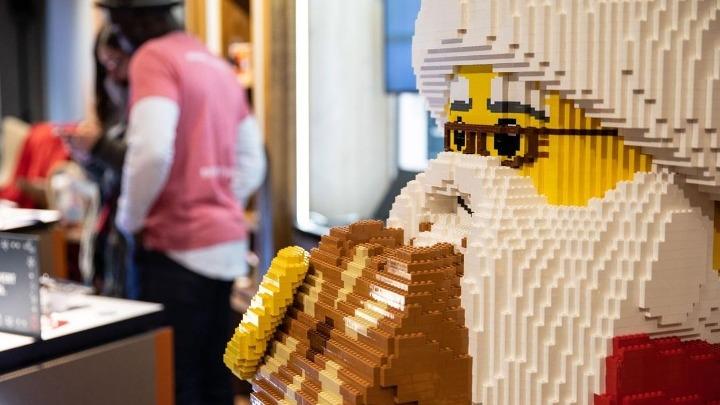 Βοήθεια σε προσφυγόπουλα από Lego και Sesame Street