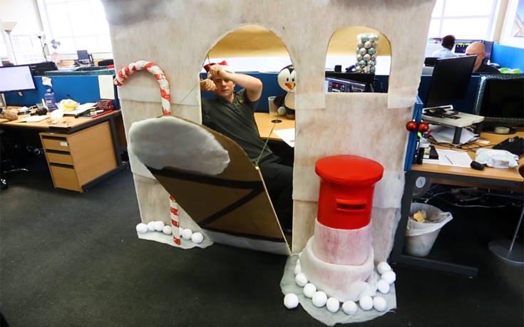 Η πιο τρελή χριστουγεννιάτικη διακόσμηση γραφείου που έχετε δει
