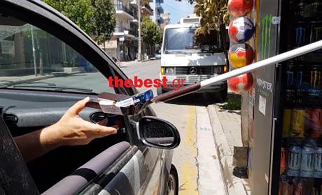 Η εφευρετικότητα του Έλληνα δεν έχει όρια. Περιπτεράς στην Πάτρα εξυπηρετεί τους οδηγούς με φτυάρι! [Βίντεο]