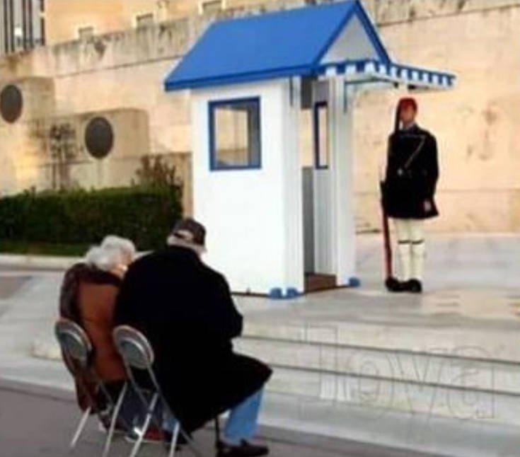 Όλη η αλήθεια για τη viral φωτογραφία με τον παππού και την γιαγιά στον Άγνωστο Στρατιώτη