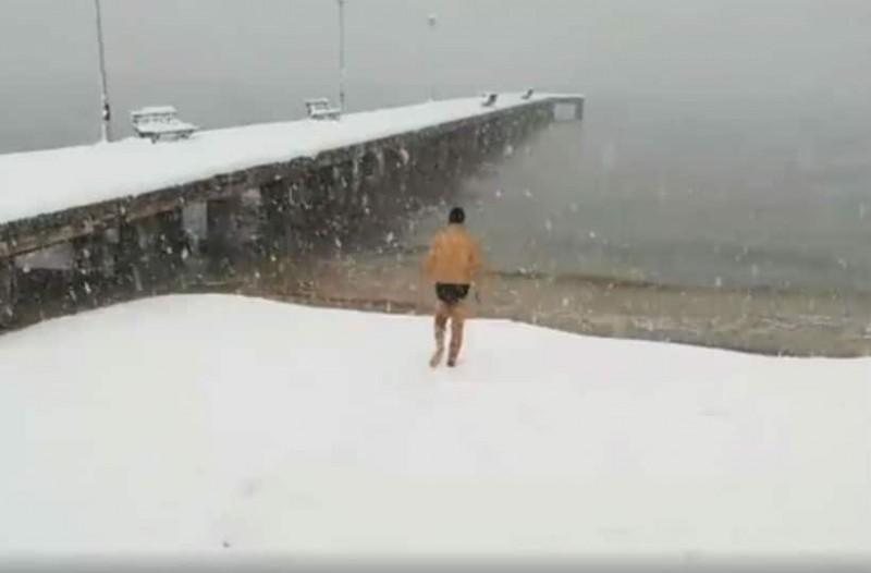 Χαλκιδική: Πήγε για μπάνιο στη θάλασσα ενώ χιόνιζε [βίντεο]