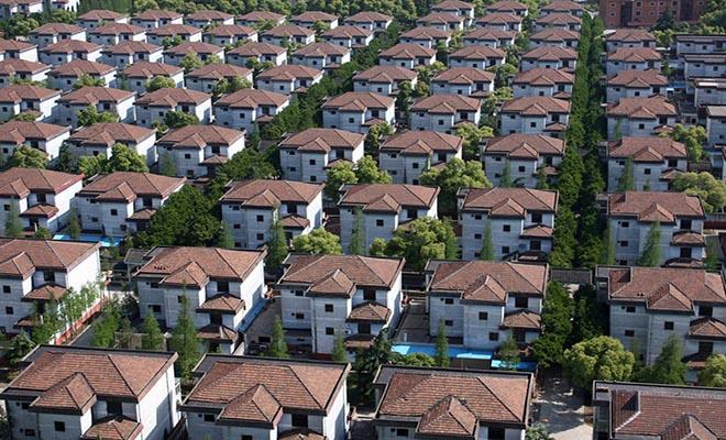 Το χωριό όπου όλοι έχουν δικό τους πολυτελές σπίτι, καλό αυτοκίνητο και καταθέσεις 250.000 δολαρίων