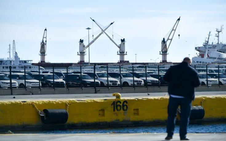 Αυτοκίνητο έπεσε στη θάλασσα στο λιμάνι του Πειραιά