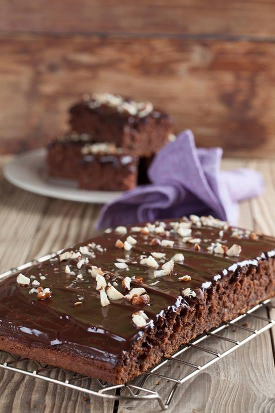 Κέϊκ σοκολάτας με φουντούκια και σοκολατένιο γλάσο