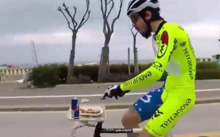 Τρώει το μεσημεριανό του κάνοντας ποδήλατο