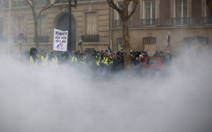 Ξύλο και δακρυγόνα στη διαδήλωση των «κίτρινων γιλέκων» στο Παρίσι