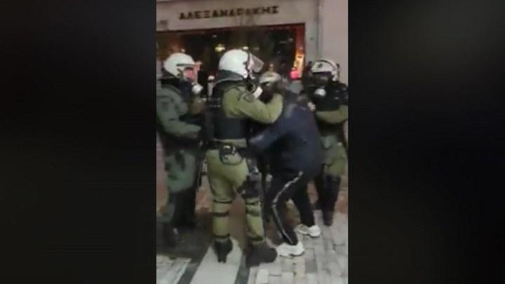 Η στιγμή της σύλληψης του Κώστα Γοντικάκη στο συλλαλητήριο για τη Μακεδονία [βίντεο]