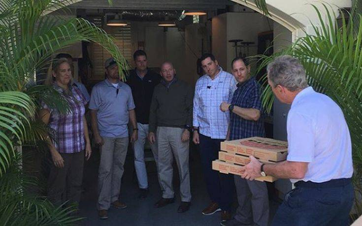 Ο Τζορτζ Μπους μοίρασε πίτσα στους απλήρωτες σωματοφύλακές του