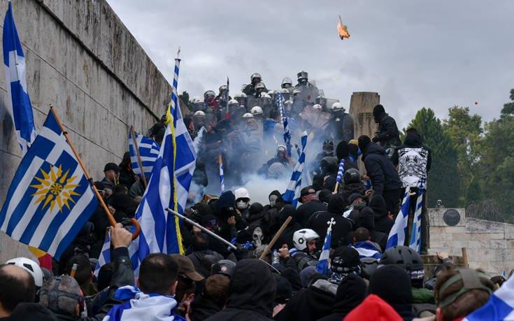Τραυματίστηκαν 25 αστυνομικοί στο συλλαλητήριο στο Σύνταγμα