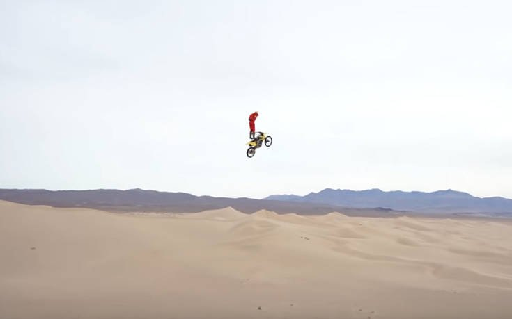 Κάνει base jumping οδηγώντας μηχανή