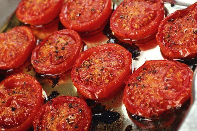 Μια σαλάτα με ψητές τομάτες σε περιμένει