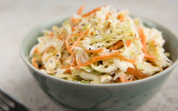Σαλάτα λάχανο – καρότο με μήλο