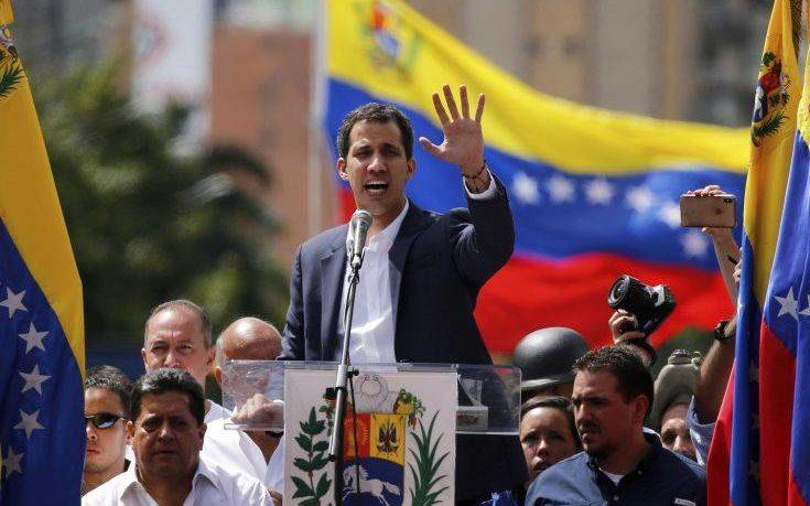 Απαγορεύτηκε η έξοδος από τη Βενεζουέλα για τον Γκουαϊδό