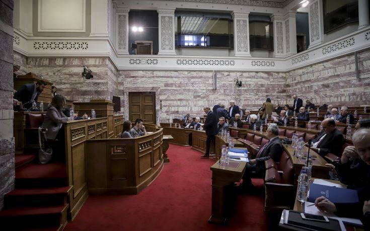 Ιδεολογική κόντρα ΣΥΡΙΖΑ- ΝΔ στη βουλή για τις συνταγματικές αλλαγές