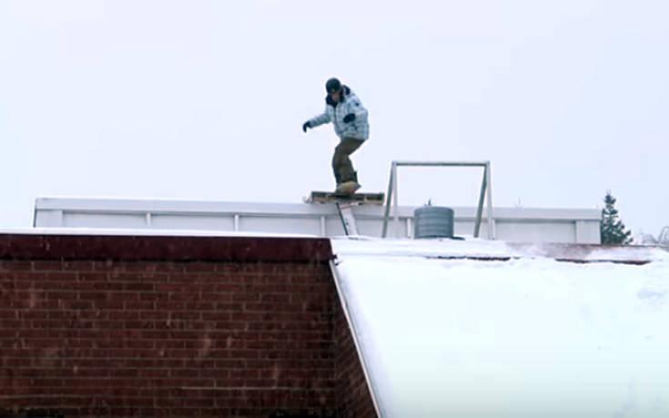 Το snowboard πάνω σε μία στέγη δεν είναι καλή ιδέα