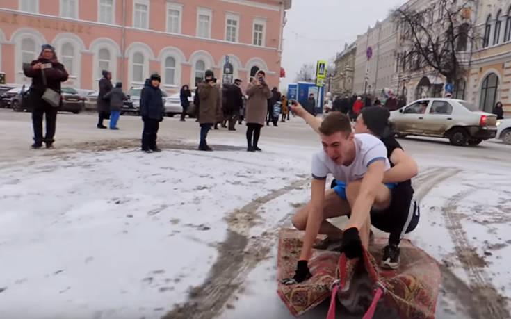 Ρώσοι βγήκαν στο δρόμο με… μαγικό χαλί