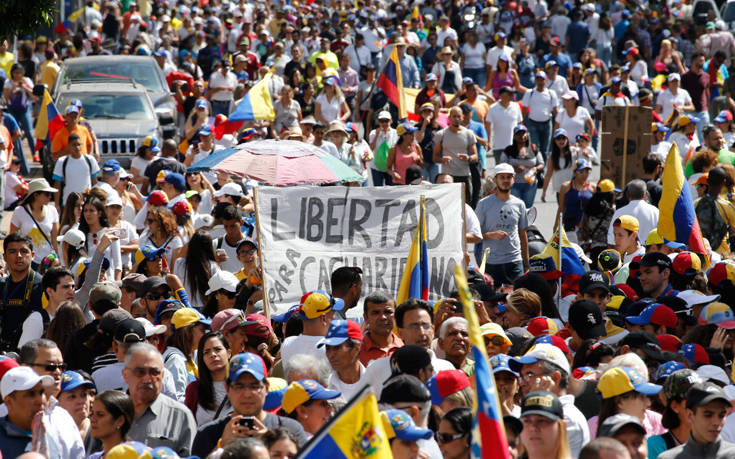 H ανθρωπιστική βοήθεια στην αρένα της μάχης για την εξουσία στη Βενεζουέλα