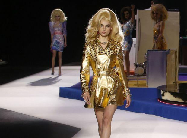 Goth vs Glitter: Τι είδαμε στις φθινοπωρινές συλλογές των Prada και Moschino