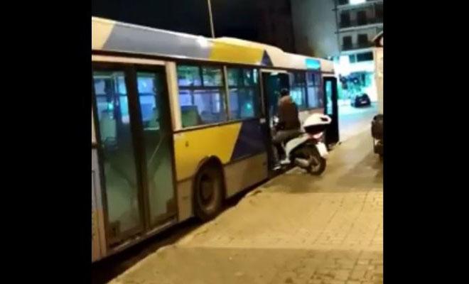 «Θεούλης» μπήκε σε λεωφορείο του ΟΑΣΑ με το μηχανάκι [Βίντεο]
