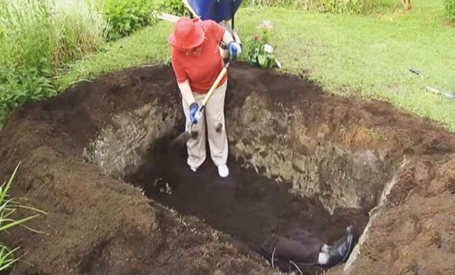 Μία γηραιά κυρία σκάβει έναν τάφο στην αυλή της. Μετά από λίγο οι γείτονες καταλαβαίνουν τι τρέχει! [Βίντεο]