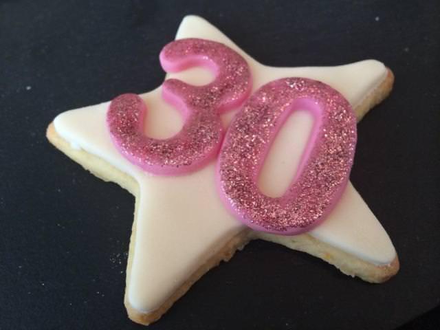 Φτιάξτε γκλιτερ που τρώγεται για να διακοσμήσετε τα γλυκά σας!