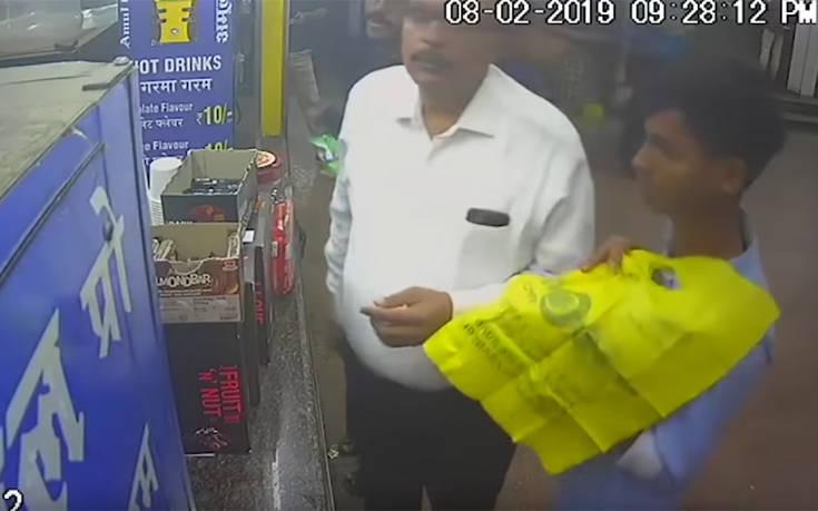 Δείτε πόσο εύκολα κλέβει το κινητό από την τσέπη του θύματος