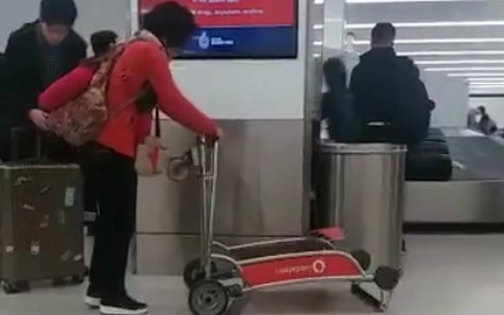 Η γκάφα με το καρότσι στο αεροδρόμιο δεν έμεινε ασχολίαστη στο διαδίκτυο